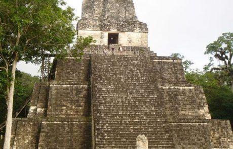Pirámide principal de la ciudad maya de Tikal