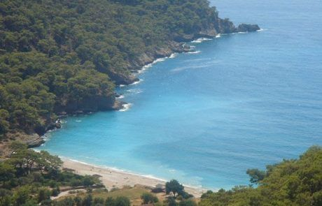 Hermosa playa de Kabak en la Ruta Licia, Turquia
