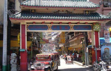 Jeepney cruzando la puerta de entrada al barrio chino de manila