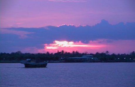 Puesta de sol en el delta del río Mekong
