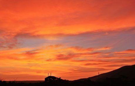 Espectacular cielo rojo en la puesta de sol en Ica