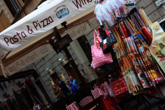 Puesto callejero de bolsos en Roma