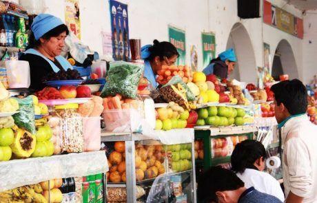 Colorido puesto de frutas en La Paz