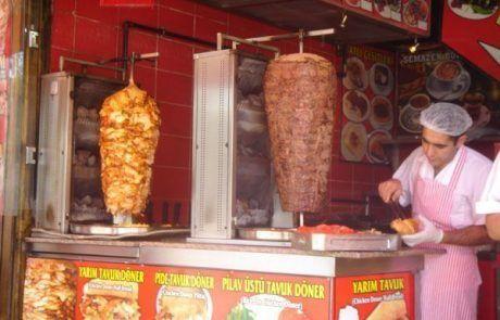 Puesto de kebabs en Estambul en Turquía