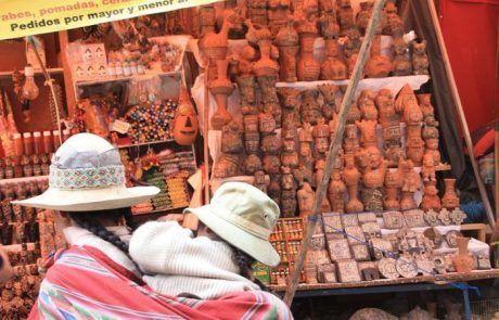 Puesto de figuras de madera mercadillo en La Paz