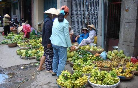 Puesto de fruta callejero en Ho Chi Minh city
