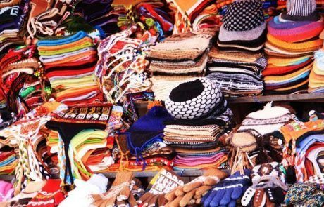 Puesto de gorros, guantes, bufandas en el mercadillo de Copacabana
