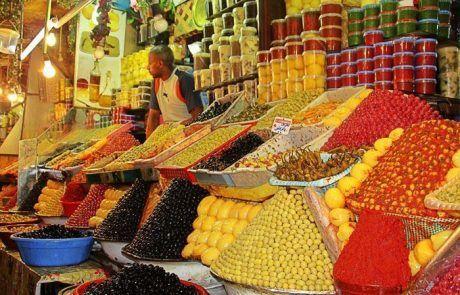 Puesto venta de olivas en la medina de Fez