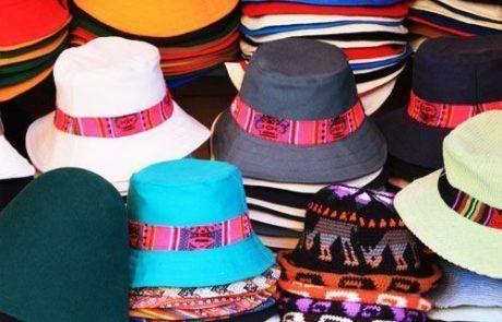 Puesto de sombreros en mercadillo de Copacabana