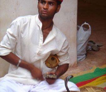 Retrato de un encantador de serpientes en La India
