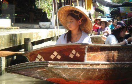 Retrato de una niña en el mercado flotante de Bangkok