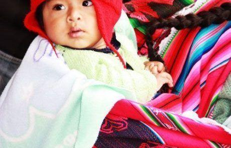Retrato de un niño en los lomos de su madre