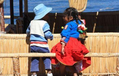 Retrato niños en el lago Titicaca en Perú