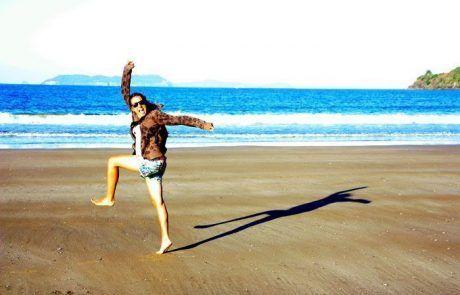 Saltando en Hot Water Beach en Península de Coromandel, Nueva Zelanda