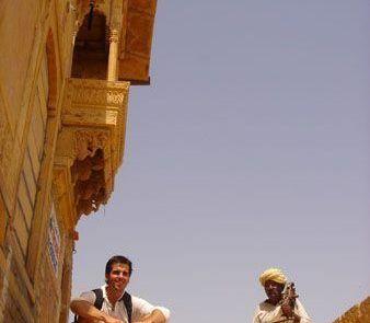 Sentado en una escalera del fuerte de Jaisalmer