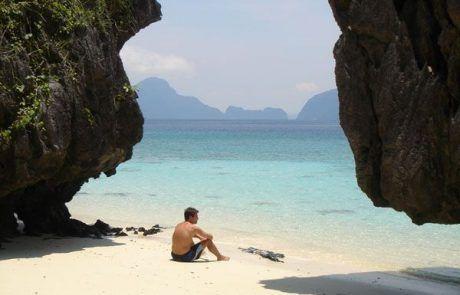 Sentado en playa paradisíaca en el Nido