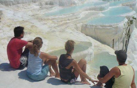 Sentados admirando las piscinas naturales de Pamukkale en Turquía
