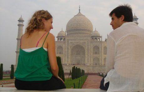 Sentados contemplando el Taj Mahal en Agra