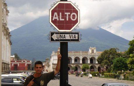 Señal de tráfico alto en el zócalo de Antigua Guatemala