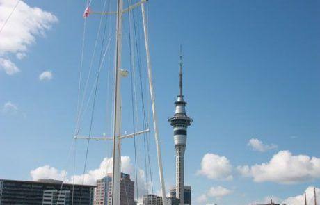 Sky Tower vista desde el puerto de Auckland, Nueva Zelanda