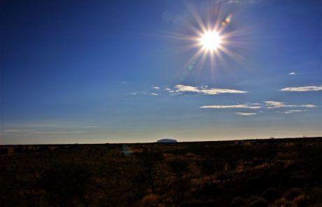 Radiante sol sobre Uluru, el Outback