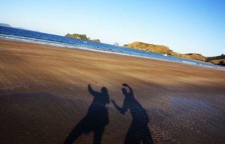 Sombras en la playa de Opito Bay en Península Coromandel, Nueva Zelanda
