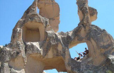 Subidos en las rocas de la Capadocia en Turquía