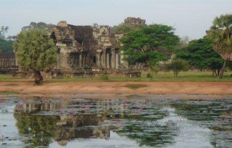 Templos de Angkor Wat reflejados en el agua