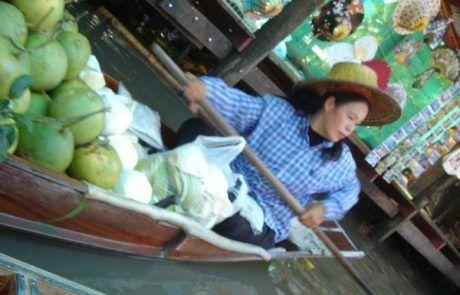 Vendedora en el mercado flotante de Bangkok