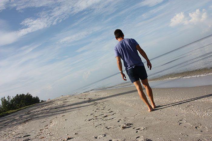 Javi caminando por una playa de la isla de Captiva