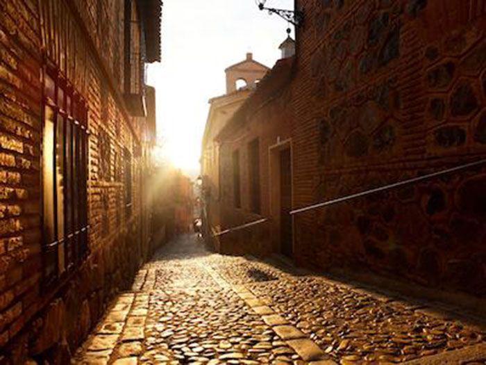 Calle empedrada del centro histórico de Toledo