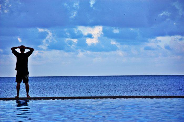 Javi mirando al horizonte en la esplanade, Cairns