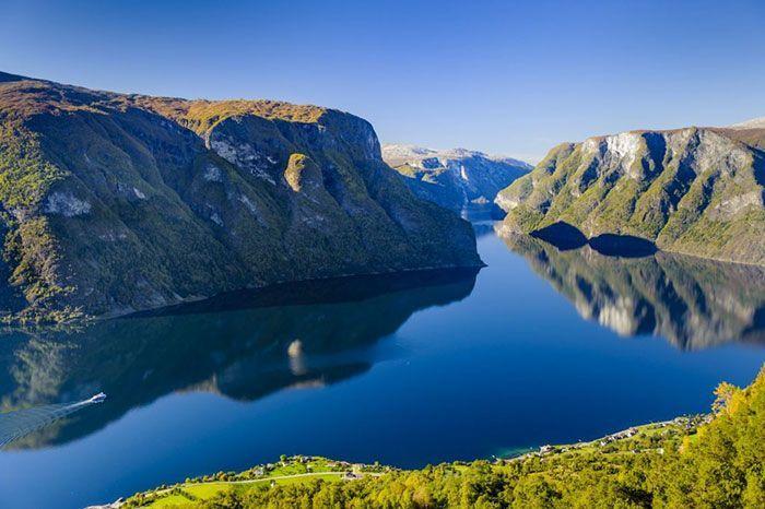 Espectacular imagen del fiordo y sus reflejos