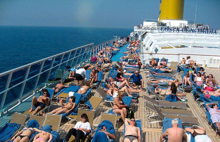 La cubierta del barco llena de turistas!