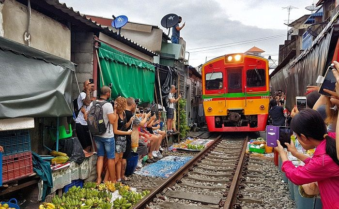 Mercado en vías de tren