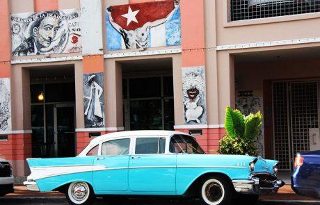Coche antiguo en el barrio little Habana de Miami