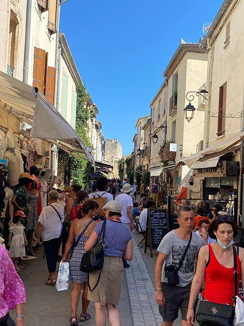 Calle de la ciudad amurallada de Aigues-Mortes