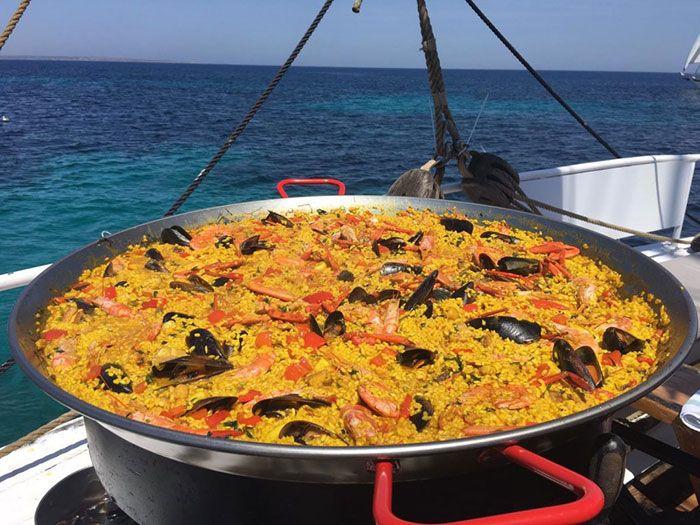 Paella en un catamarán en Ibiza