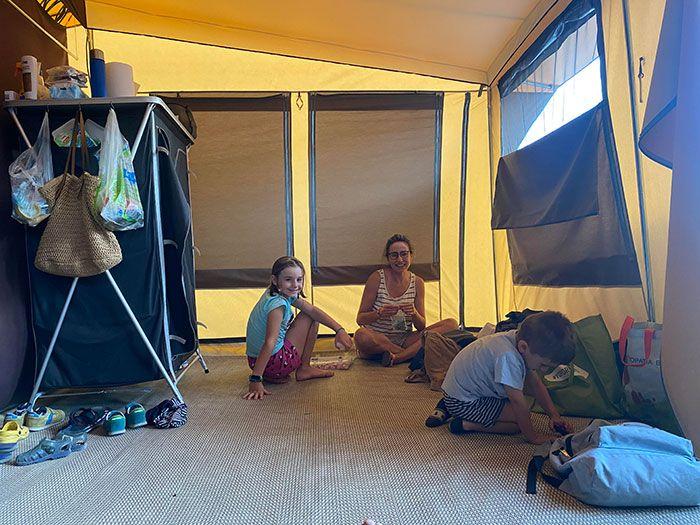 Salón de la tienda en Oh! Camping la brise