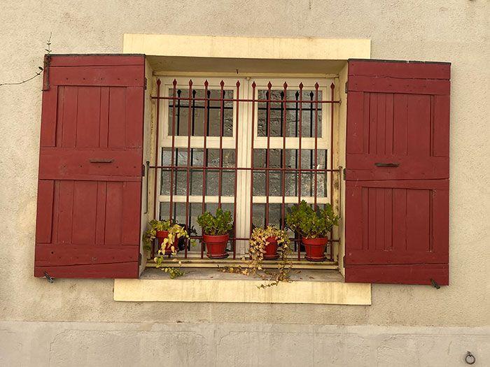 Bonita ventana en Aigues-Mortes